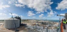 Construction de reservoirs de stockage en beton, d'une hauteur de 56 metres, face a la mer, vu du haut d'un des 3 reservoirs  Chantier BTP, construction du terminal methanier de Dunkerque. Chantier finance par Dunkerque LNG, filiale de EDF, joint venture entre Fluxys, operateur gazier belge et Total
